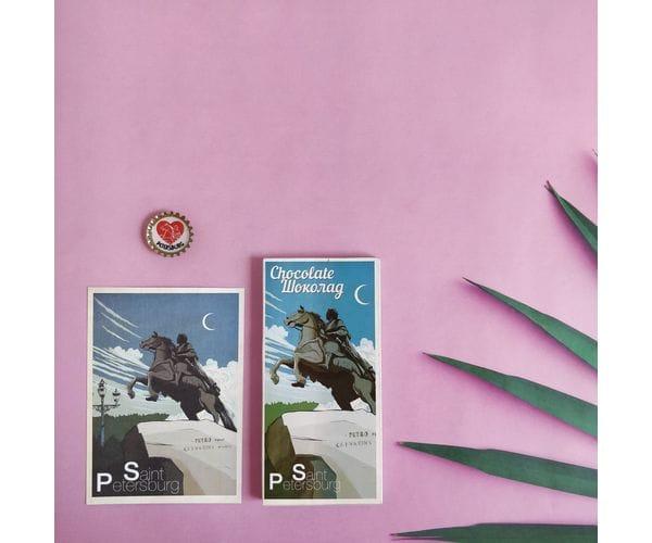 """Набор подарочный """"Медный всадник"""" состоит из шоколадки, открытки и пробки-магнита с дизайнерскими иллюстрациями"""