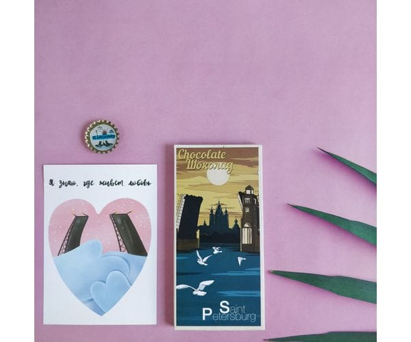 """Набор подарочный """"Мосты Санкт-Петербурга"""" состоит из шоколадки, открытки и пробки-магнита с дизайнерскими иллюстрациями"""