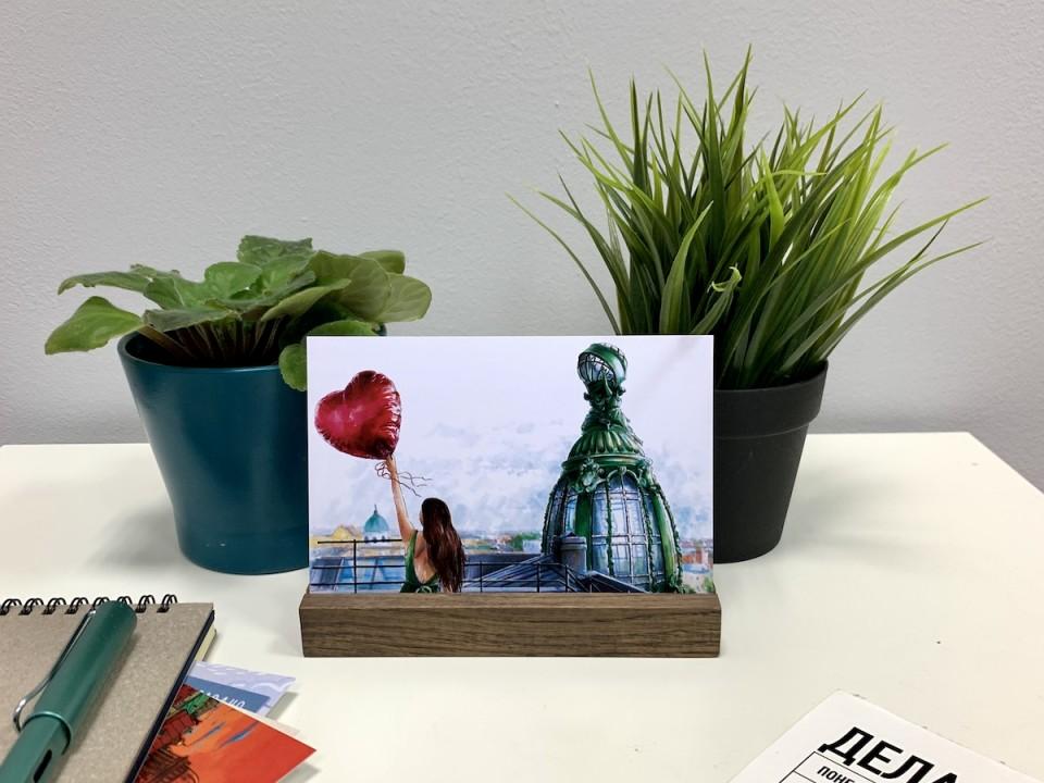 Подставка из дерева под открытки и фотографии