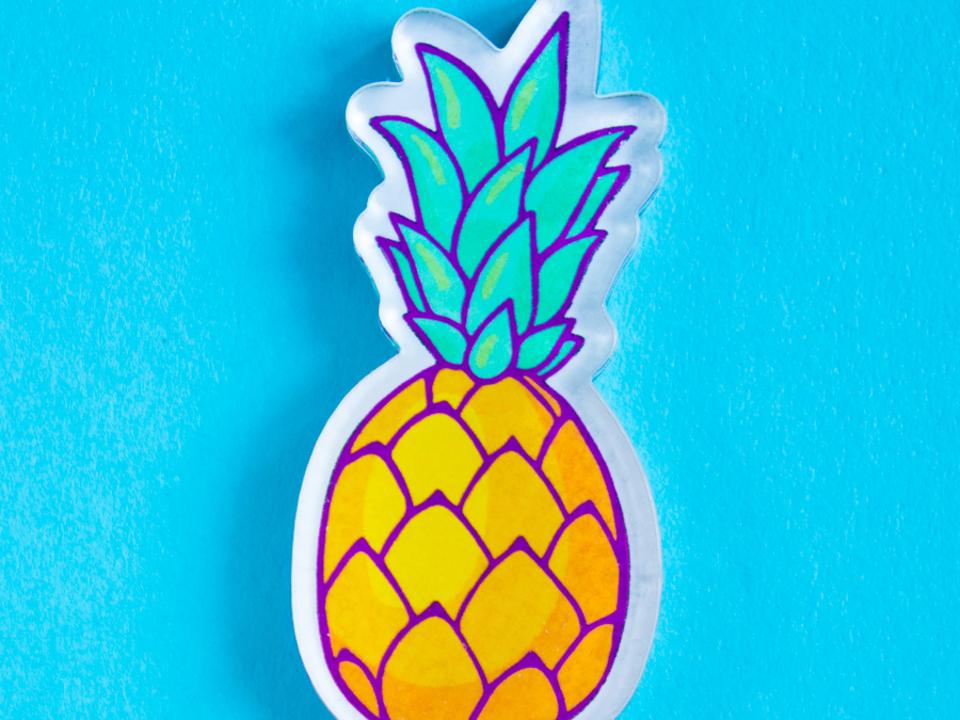 Значок из акрила с яркой печатью «Ананас» от MARKOV design в анимированном стиле