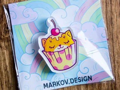 Брошка из акрила с яркой печатью «Котик-капкейк» от MARKOV design в анимированном стиле
