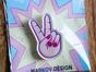 Значок из оргстекла с яркой печатью «Рука peace» от MARKOV design в анимированном стиле