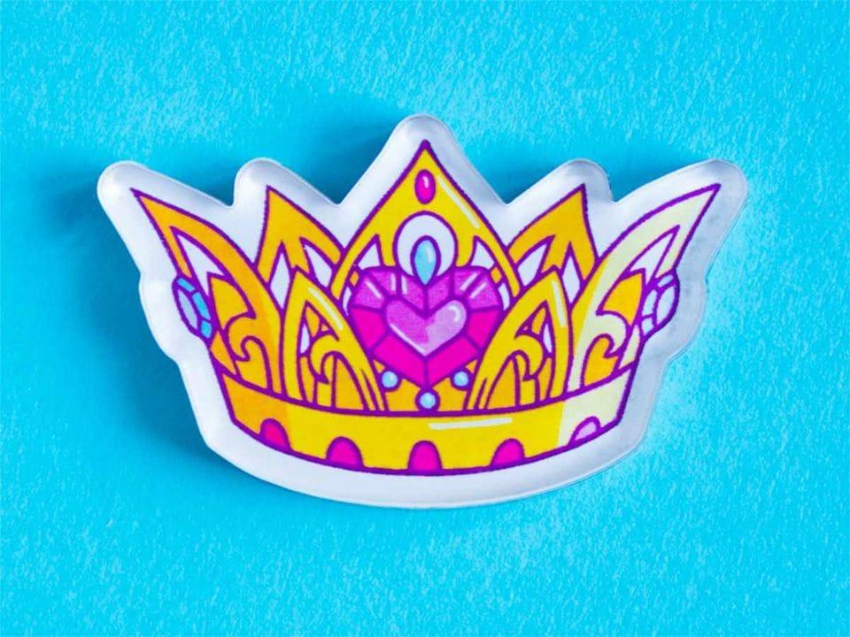 Брошка с яркой печатью «Корона» от MARKOV design в анимированном стиле
