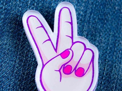 Значок с яркой печатью «Рука peace» от MARKOV design в анимированном стиле
