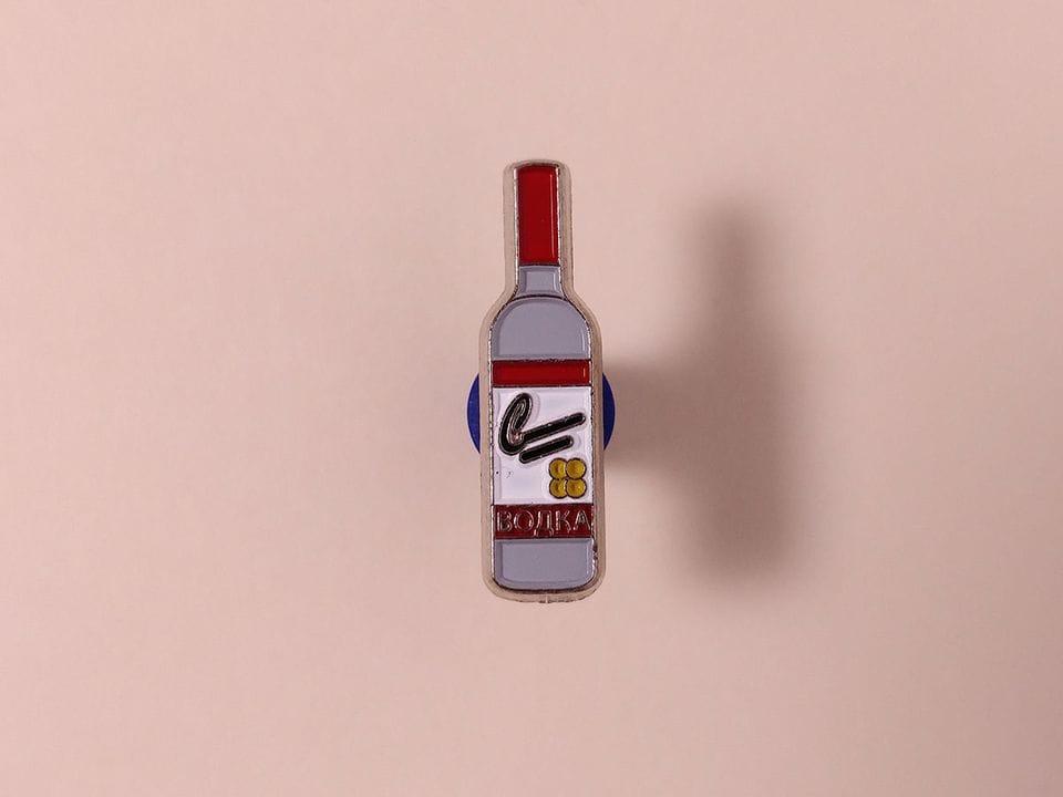 Металлический значок с изображением «Бутылка Водки»