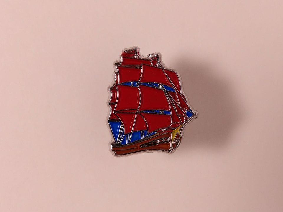 Металлический значок с изображением «Парусник алые паруса»