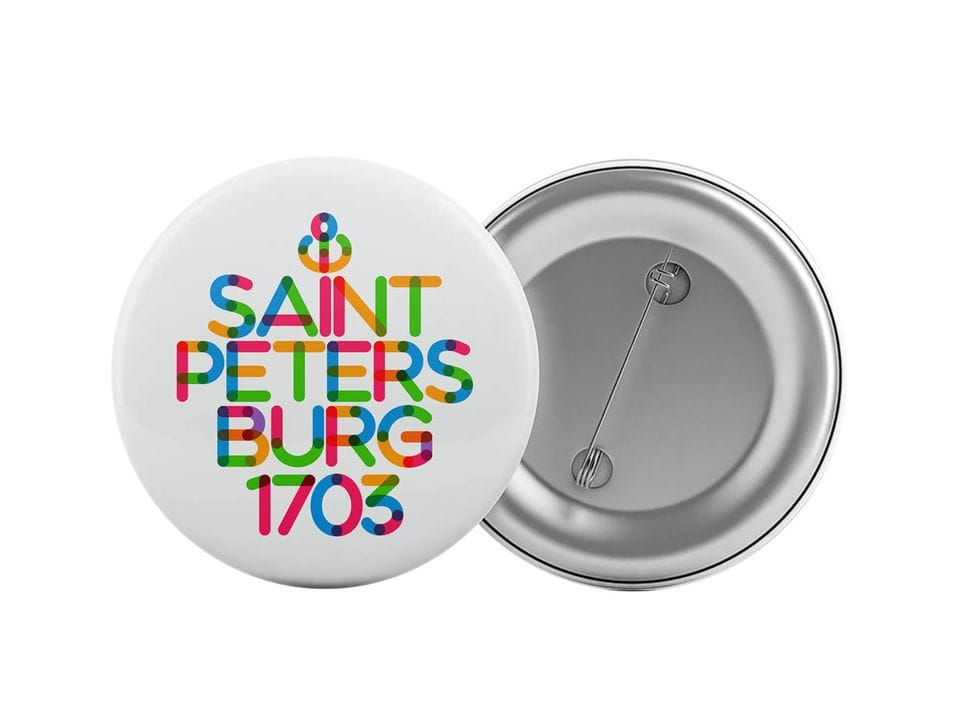 Круглый значок из металла с надписью «Saint Petersburg 1703»