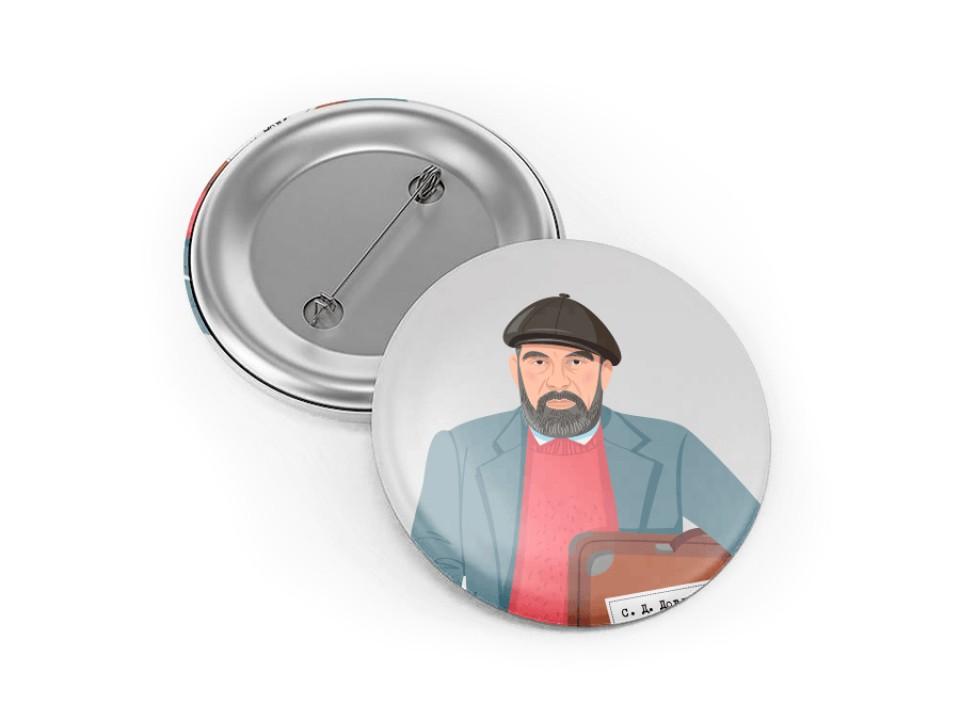 Круглый металлический значок с иллюстрацией Довлатова