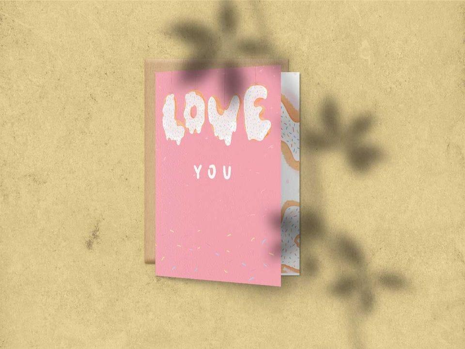 Поздравительная открытка с цветным разворотом и покрытием софт тач, с иллюстрацией слова love в виде кексов