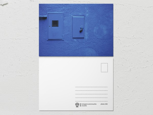 Открытка «Краски на стенах», синяя стена с лючками
