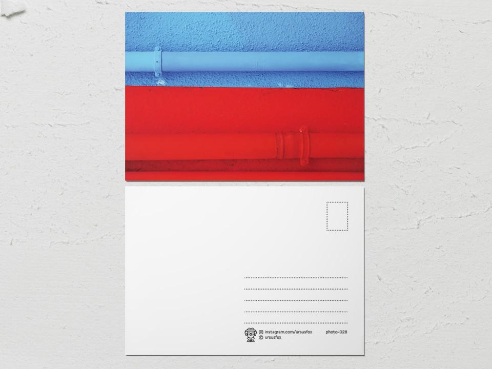Авторская фото открытка «Краски на стенах», стена голубая, красная с трубами
