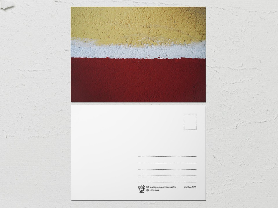 Авторская фото открытка «Краски на стенах», бежево-бело-бордовая стена