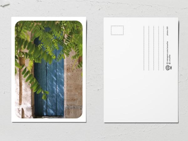 Открытка «Двери мира», голубая деревянная дверь