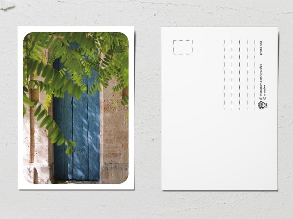 Авторская фото открытка «Двери мира», голубая деревянная дверь