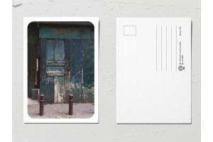 Открытка «Двери мира», старая темно-синяя дверь