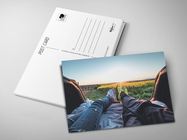 Почтовая открытка «Влюбленные на поле»