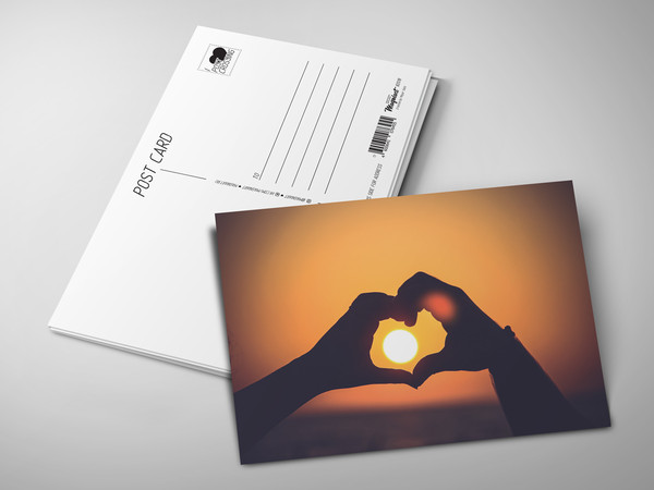 Почтовая открытка «Сердце из рук на закате»