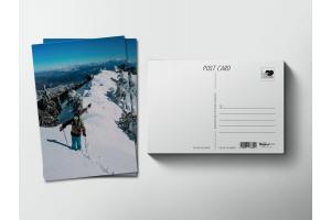 Почтовая открытка «Горнолыжник на снежном хребте»