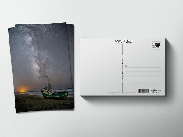 Почтовая открытка «Звездное небо на берегу с буксиром»
