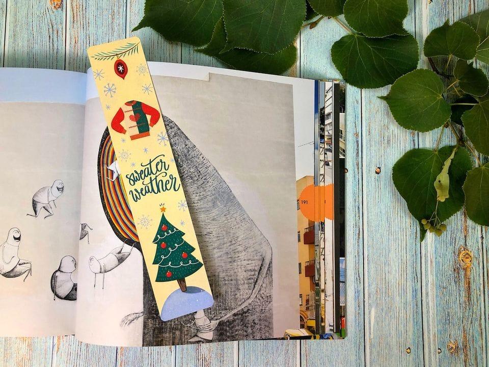 Книжная закладка с иллюстрацией на фактурной бумаге купить с достакой «Sweater weather»
